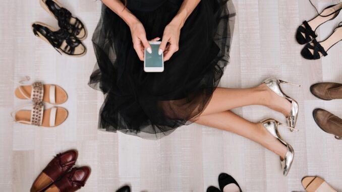 Elegante ragazza seduta sul pavimento con gonna in tulle